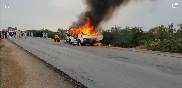 راجن پور میں باراتیوں کی وین میں آگ